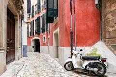 Bunte schmale Straße in der alten Mittelmeerstadt lizenzfreies stockbild