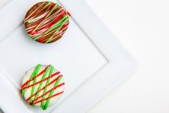 Bunte Schokoladenkuchen auf quadratischer Platte Lizenzfreie Stockbilder