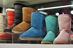 Bunte Schuhe in einem Speicher Lizenzfreie Stockbilder