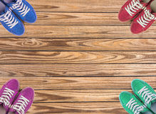 Bunte Schuhe stellten auf hölzernen Hintergrund mit Kopienraum ein Beschneidungspfad eingeschlossen Lizenzfreies Stockbild