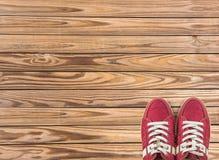Bunte Schuhe stellten auf hölzernen Hintergrund mit Kopienraum ein Beschneidungspfad eingeschlossen Lizenzfreies Stockfoto