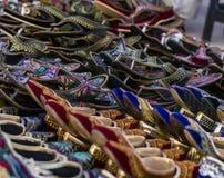 Bunte Schuhe von den Straßenhändlern von Jaipur lizenzfreie stockfotos