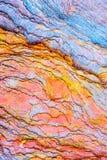 """Bunte Sedimentgesteine bildeten sich durch die Ansammlung von Sedimente †""""natürliche Gesteinsschichthintergründe, -muster und - stockfoto"""