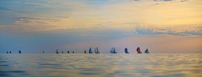 Bunte Segelboote auf dem Meer Stockbilder