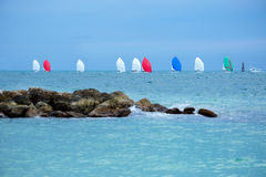 Bunte Segelboote auf dem Meer Lizenzfreie Stockbilder