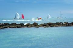 Bunte Segelboote auf dem Meer Panoramische Ansicht Lizenzfreie Stockbilder