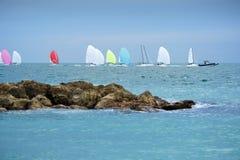Bunte Segelboote auf dem Meer Panoramische Ansicht Lizenzfreie Stockfotografie
