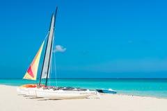 Bunte Segelboote für Miete auf einem kubanischen Strand lizenzfreie stockfotos