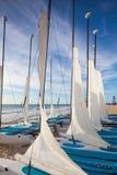 Bunte Segelkatamaran auf dem Strand in karibischem Meer von Mexiko Lizenzfreies Stockbild