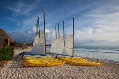 Bunte Segelkatamaran auf dem Strand in karibischem Meer von Mexiko Lizenzfreie Stockfotos