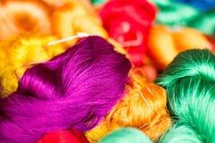 Bunte Seidenfaser bereit, in silk Stoff, in Bangkok Thailand-2 zu spinnen Stockfotos