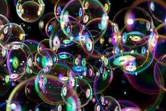Bunte Seifenblasen, die herum fliegen Lizenzfreie Stockfotografie