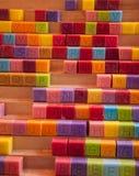 Bunte Seifenwürfel in den verschiedenen Farben mit Großbuchstaben. Lizenzfreie Stockfotos