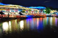 Bunte Shophäuser durch Singapur-Fluss Stockbilder