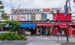 Bunte Shops in den Straßen von Kamakura - TOKYO, JAPAN - 12. Juni 2018 Lizenzfreies Stockbild