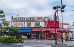 Bunte Shops in den Straßen von Kamakura - TOKYO, JAPAN - 12. Juni 2018 Lizenzfreie Stockbilder