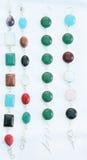 Bunte silberne Armbänder der Edelsteinsteine Stockfotografie