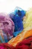 Bunte silk Schals auf weißem Hintergrund lizenzfreies stockfoto