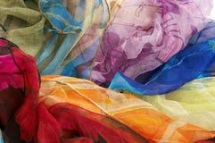 Bunte silk Schals auf weißem Hintergrund stockbilder