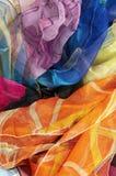 Bunte silk Schals auf weißem Hintergrund lizenzfreie stockfotografie