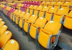 Bunte Sitze in einem Sportstadion Stockfotos