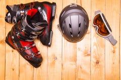 Bunte Skigläser, -handschuhe und -sturzhelm Stockbild