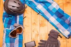 Bunte Skigläser, -handschuhe und -sturzhelm Lizenzfreie Stockfotografie
