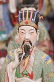 Bunte Skulptur eines alten chinesischen Adligen auf Panjiayuan-Flohmarkt, Peking, China Stockfoto