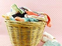 Bunte Socken und Wäschekorb Stockfotos
