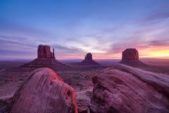 Bunte Sonnenaufganglandschaftsansicht am Nationalpark des Monumenttales stockfoto