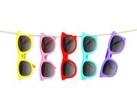 Bunte Sonnenbrille, die am Seil, lokalisiert auf Weiß, Sommerhintergrund hängt Stockfotografie