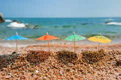 Bunte Sonnenschirme für Farbton am Strand Lizenzfreies Stockfoto