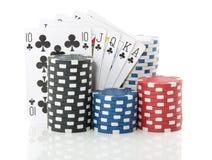 Bunte spielende Karten und Chips Stockfotos