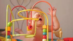 Bunte Spielwaren für Babys Spielwaren und Spiele für speziellen Bedarf Babyentwicklung Früher Anfang Spieltätigkeit für Kleinkind stock video footage