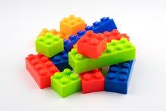 Bunte Spielzeugplastikblöcke für Kinder Lizenzfreie Stockfotos