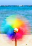 Bunte Spielzeugwindmühle, die in den Wind spinnt Lizenzfreie Stockfotos