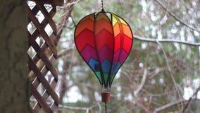 Bunte spinnende Regenbogen-Heißluft-Ballon-Windmühle stock video footage