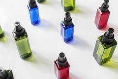 Bunte Sprühflaschen lokalisiert auf weißem Hintergrund Lizenzfreie Stockfotografie