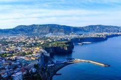 Bunte Städte entlang Amalfi-Küste Lizenzfreie Stockfotografie