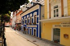 Bunte städtische Straße in der Stadt Lizenzfreie Stockfotografie
