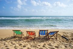 Bunte Stühle auf dem Strand stockbild