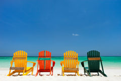 Bunte Stühle auf karibischem Strand Lizenzfreies Stockbild