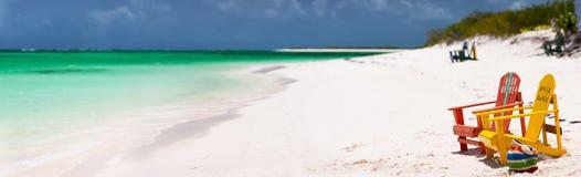 Bunte Stühle auf karibischem Strand Stockbilder