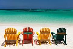 Bunte Stühle auf karibischem Strand Lizenzfreies Stockfoto