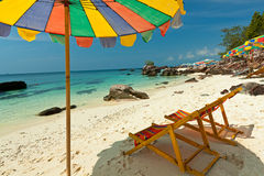 Bunte Stühle auf tropischem Strand lizenzfreie stockbilder