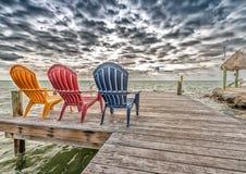 Bunte Stühle an der Ozeangrenze Lizenzfreies Stockfoto