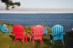 Bunte Stühle durch Maine Seashore Stockfotografie