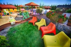 Bunte Stühle im Hinterhof Stockbilder