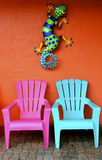 Bunte Stühle mit Gecko Lizenzfreie Stockfotos