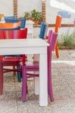 Bunte Stühle und weiße Tabellen Lizenzfreie Stockfotografie